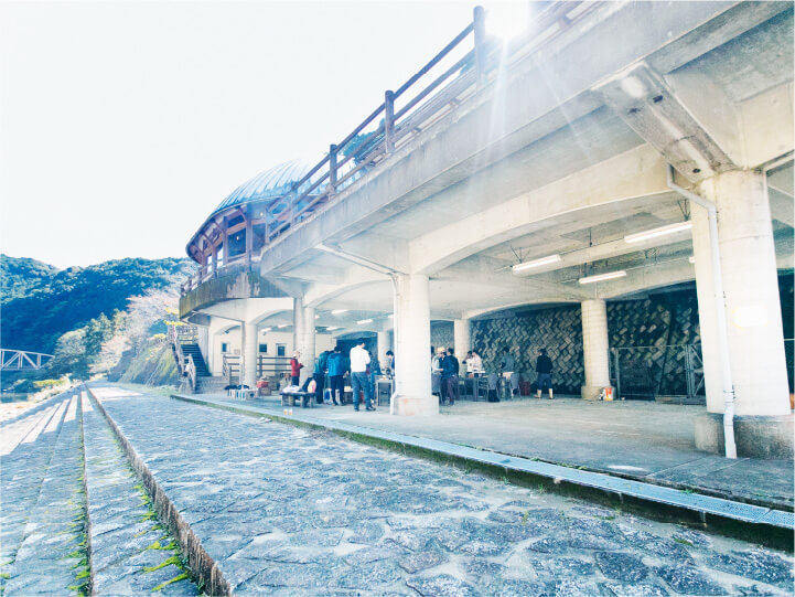 スマホ用道の駅一枚岩モノリスのバーベキューの画像